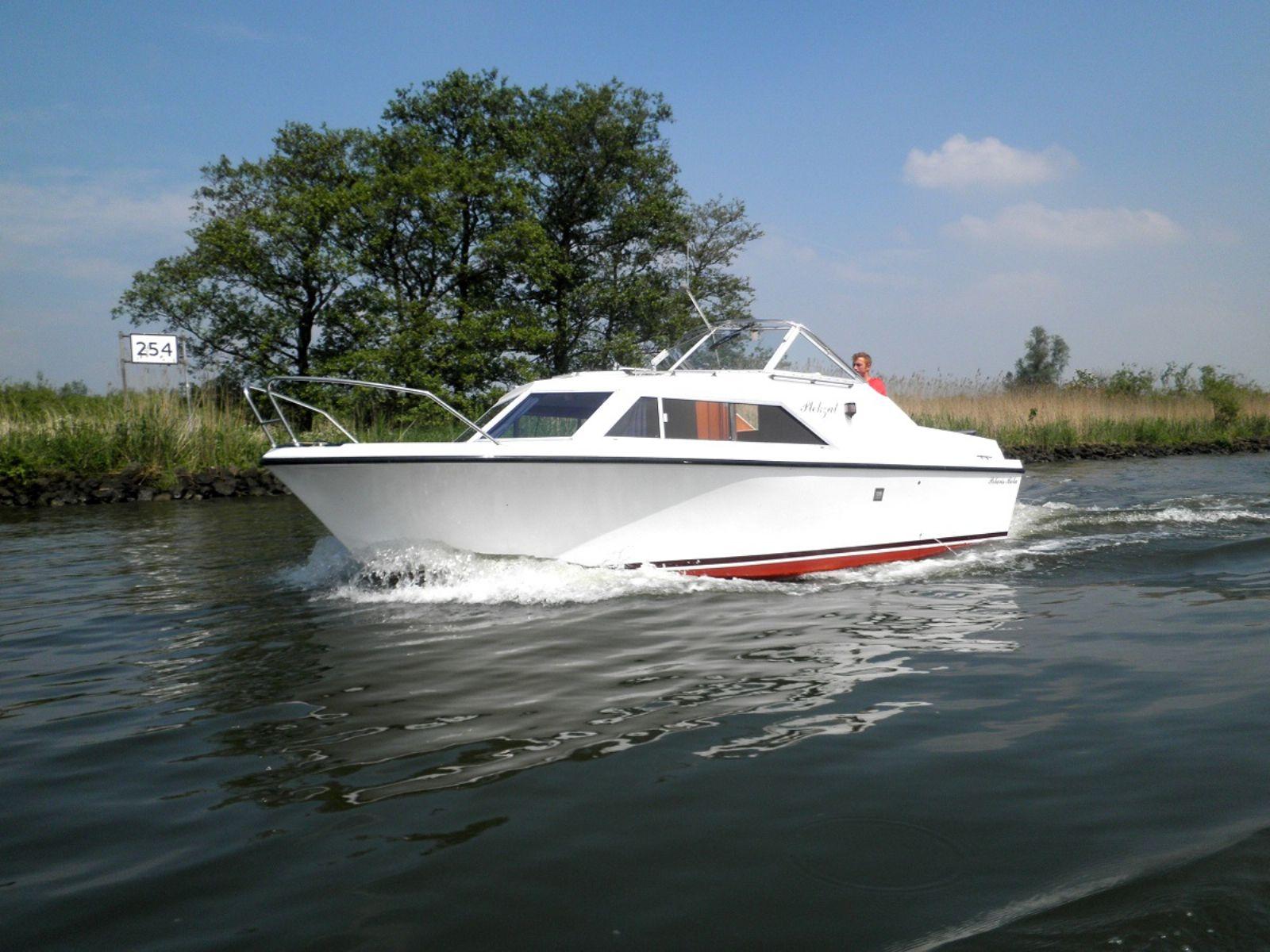 met een motorjacht varen door de Biesbosch