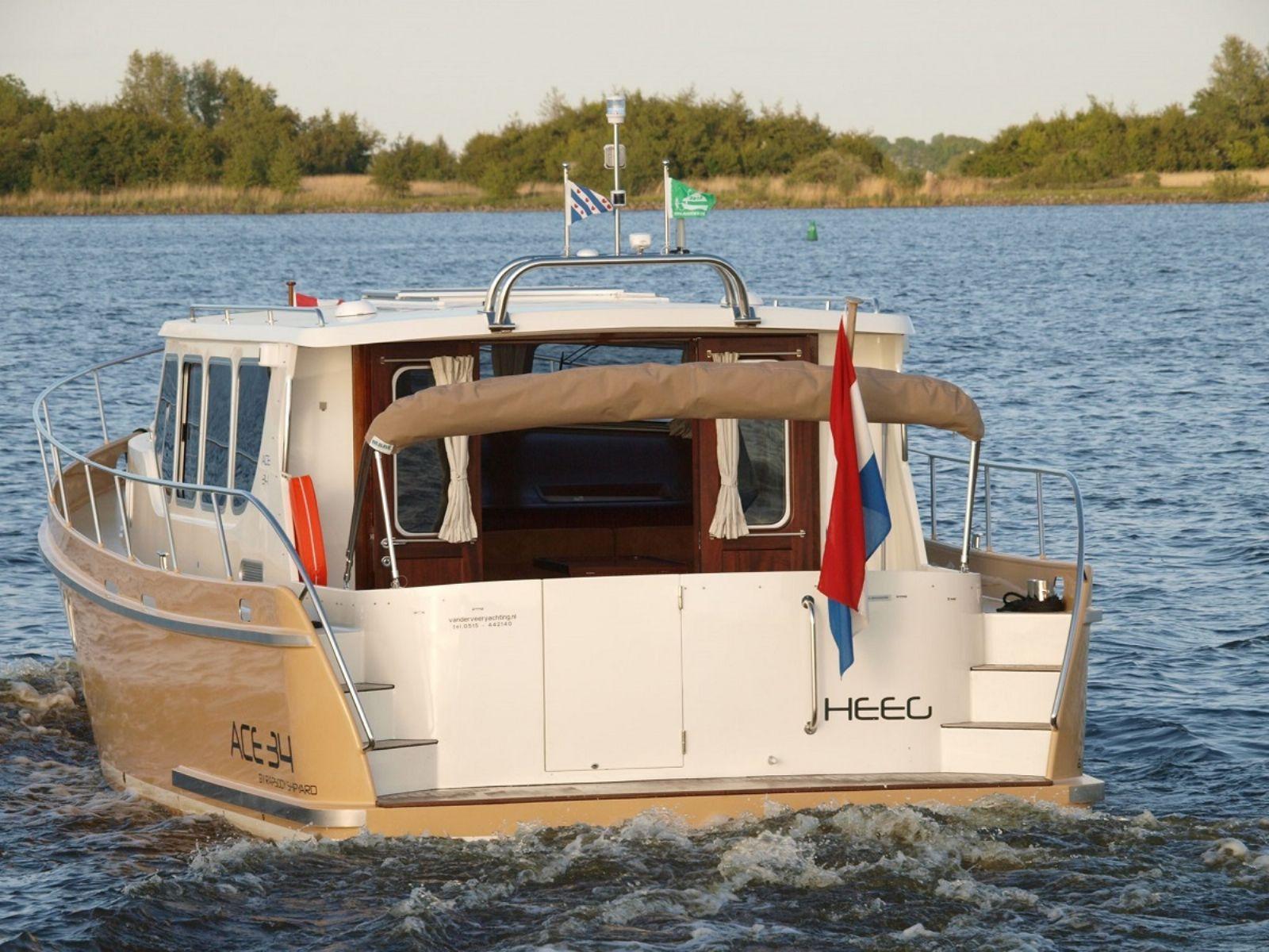 twee type motorjachten met slaapgelegenheid