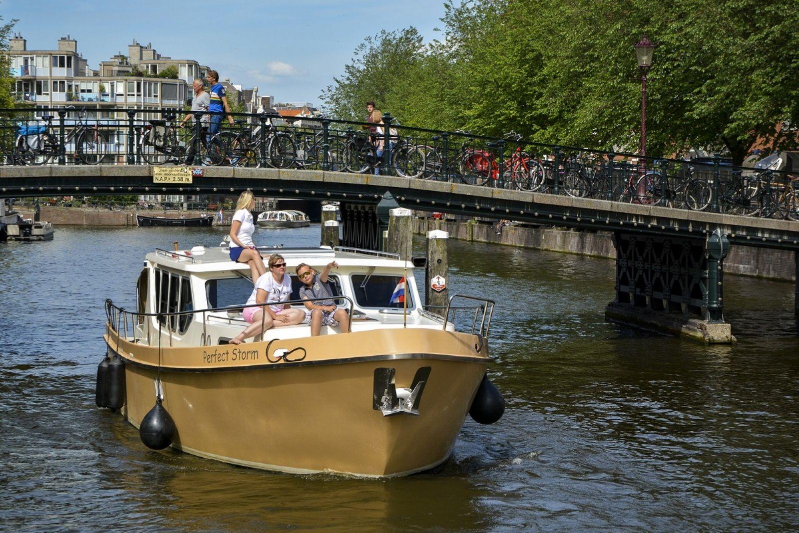 yachtcharter met twee luxe motorjachten