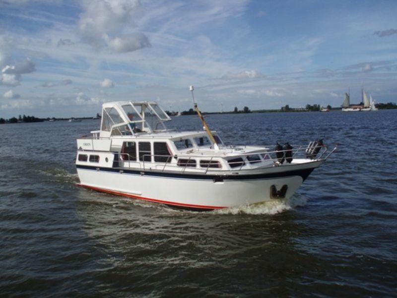 varen met een unieke motorkruiser door Friesland