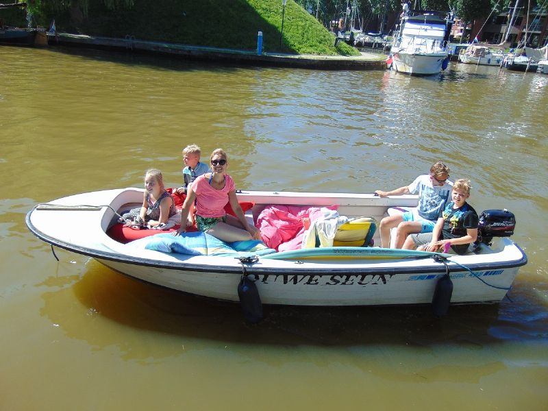 sloepvaren met een vrolijke zomerboot