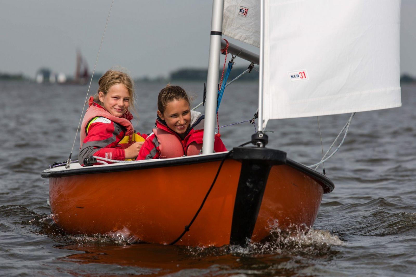 schoolzeilen in Friesland op je favoriete boot