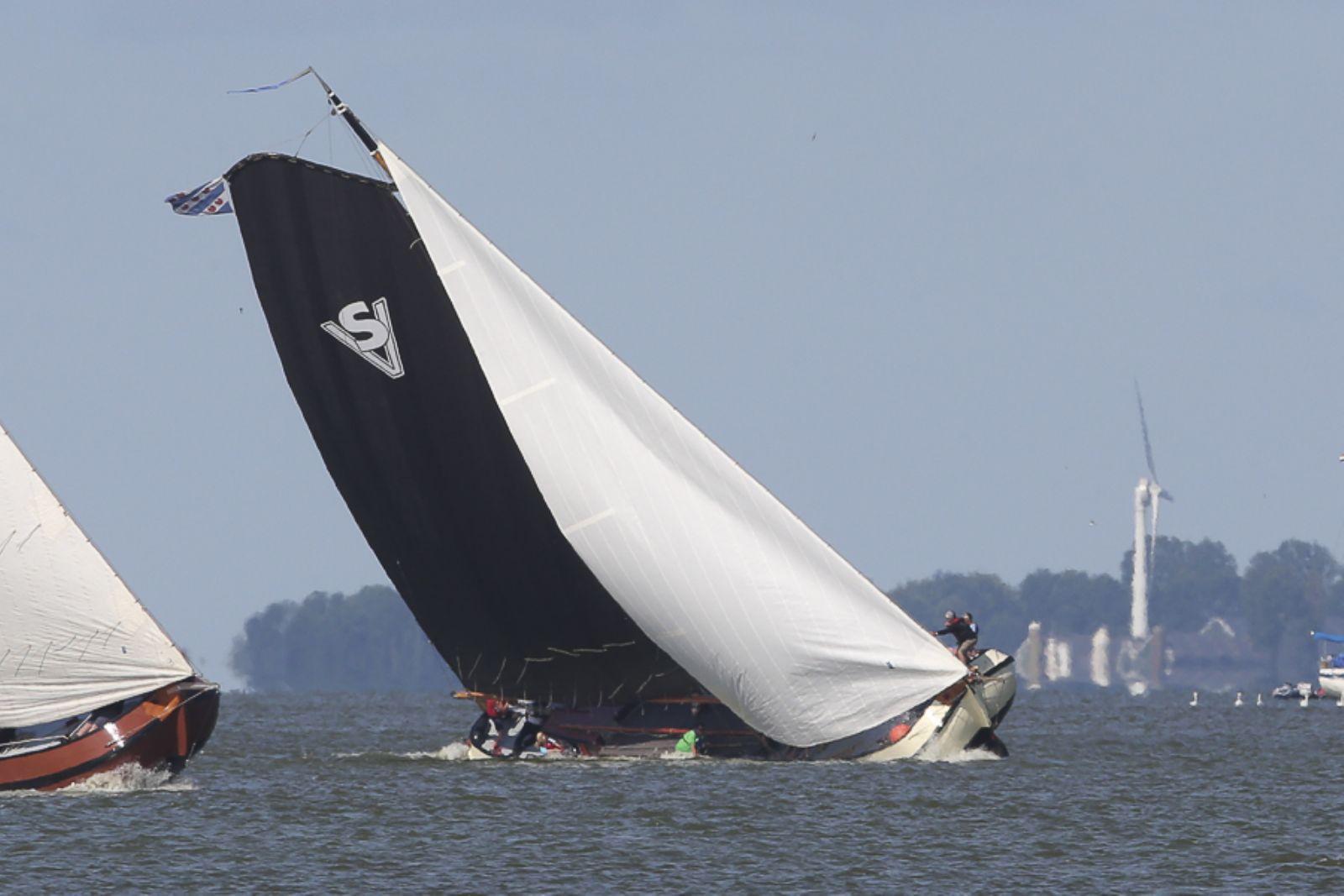 unieke bruine vloot schepen in Friesland