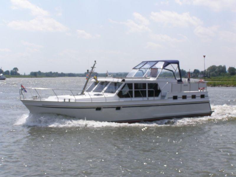 een goed onderhouden motorjacht huren