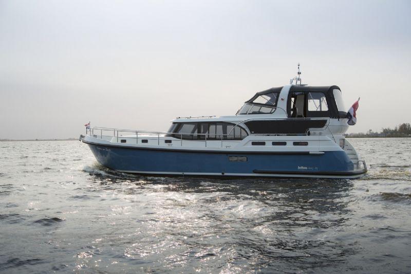 een vloot met 35 moderne motorjachten